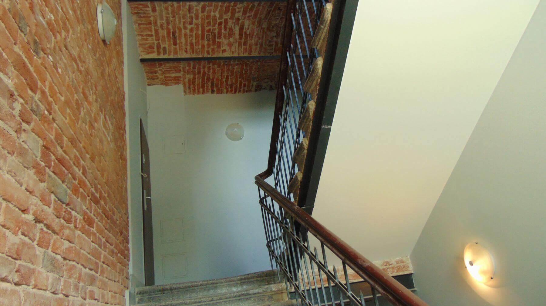 Elewacje zostały odnowione a podwórko oczyszczone, komórki rozebrane a na szczycie budynku możemy podziwiać mural- charakterystyczną ozdobę łódzkich kamienic. Niestety nie możemy pokazać Państwu prywatnych mieszkań właścicieli, ale zapraszamy do oglądania zdjęć tego, czym mogliśmy się podzielić.