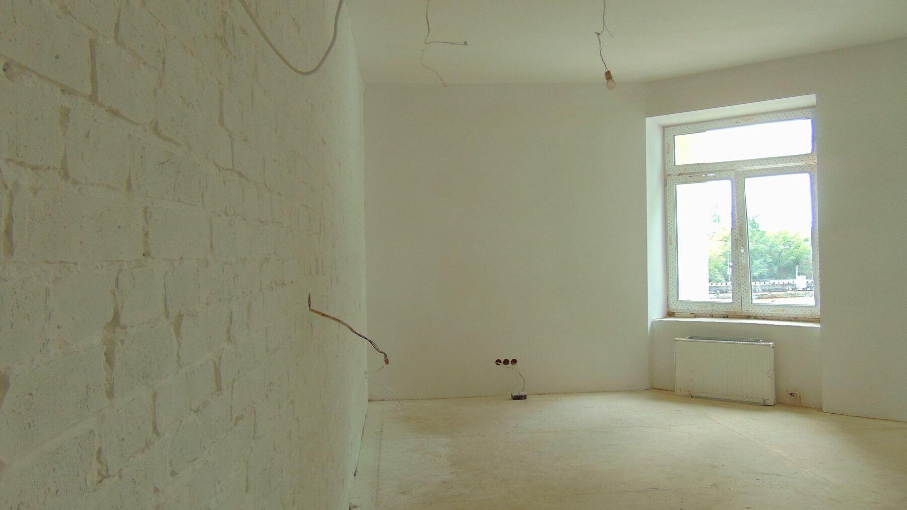Projekt zakładał zaprojektowanie zupełnie nowych mieszkań oraz adaptację niewykorzystanej powierzchni pralni, suszarni, strychu oraz korytarza na najwyższej kondygnacji. Dzięki temu na drugim piętrze powstały mieszkania dwukondygnacyjne. Dolną ich część najczęściej stanowi salon, kuchnia oraz łazienka a dzięki zaprojektowanym lekkim drewnianym schodom możemy wejść na kondygnację zaadaptowaną ze strychu na sypialnię i pokoje. Całość doświetlają zaprojektowane okna dachowe. Istniejący korytarz ogólnodostępny również został zaabsorbowany do poszczególnych mieszkań, dzięki czemu zwiększyła się ich powierzchnia.